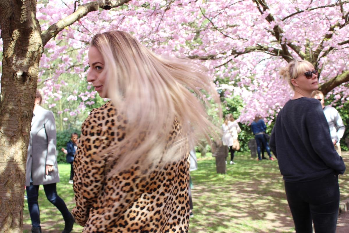 Henriette i kirsebær haven, viser sit lyse hår frem.